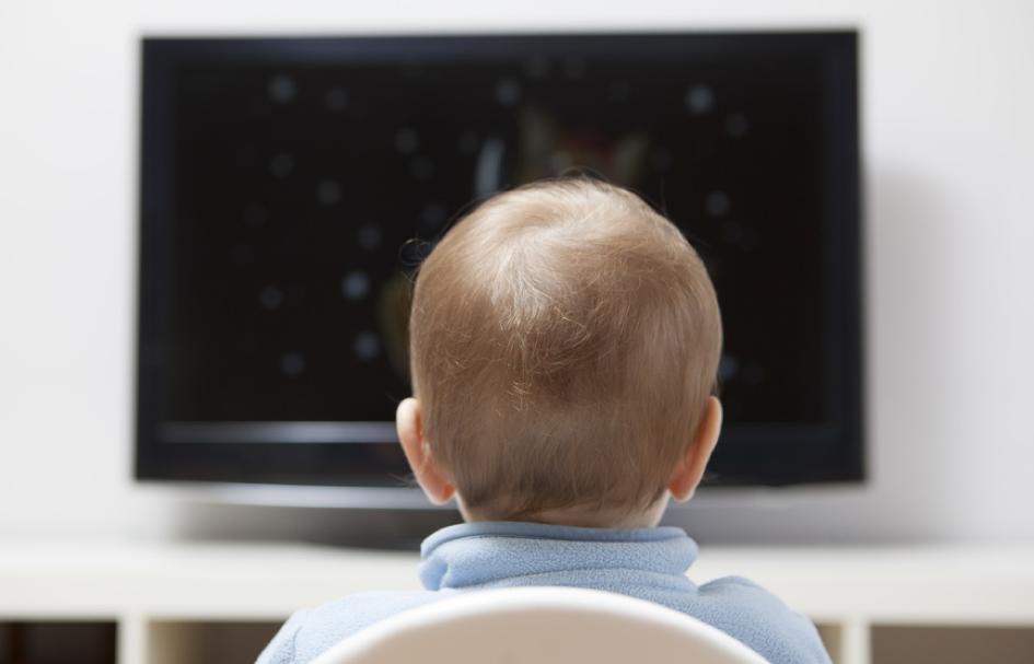 Quels sont les principaux risques liés à une exposition importante des enfants aux écrans dans les premières années de leur vie?