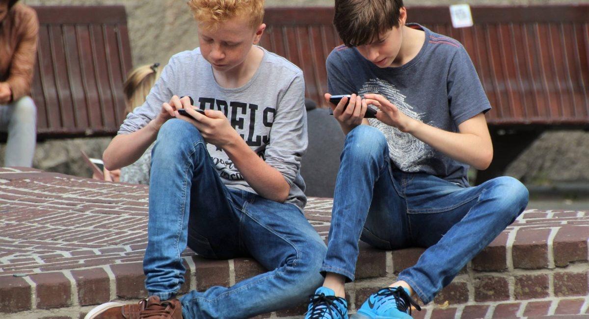 Les réseaux sociaux entraînent-ils de mauvaises notes à l'école ?