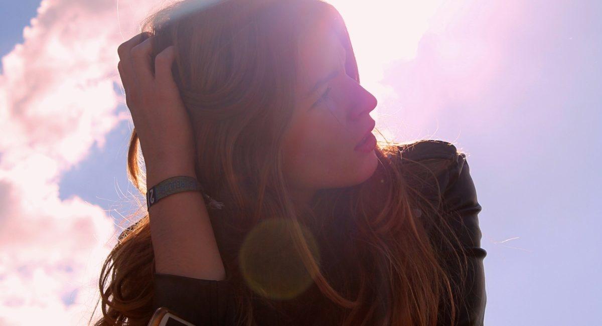 En quoi les rayons ultraviolets du soleil sont-ils plus dangereux pour nos yeux que la lumière bleue émise par les écrans ?