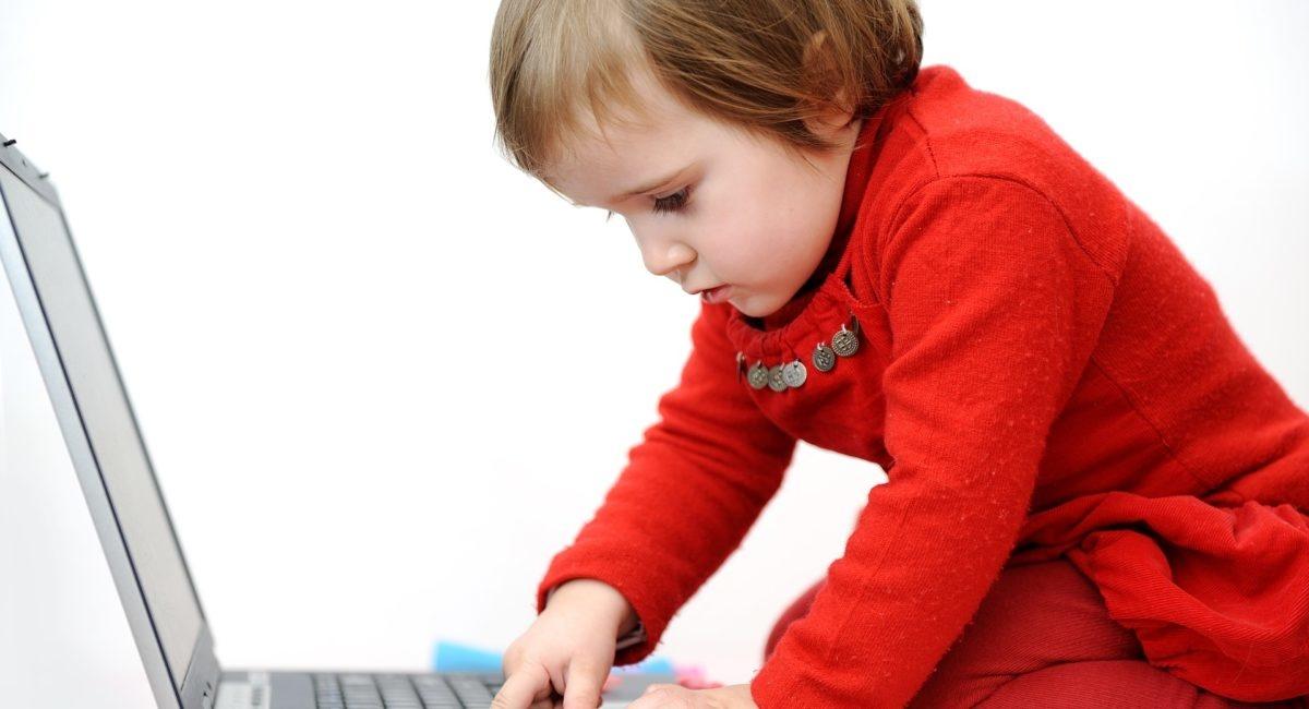 Pourquoi les écrans attirent-ils autant nos jeunes enfants ?