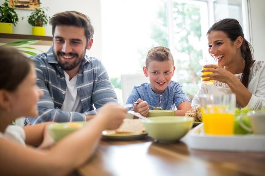 Convivialité, dialogue et déconnexion : les règles du repas idéal en famille