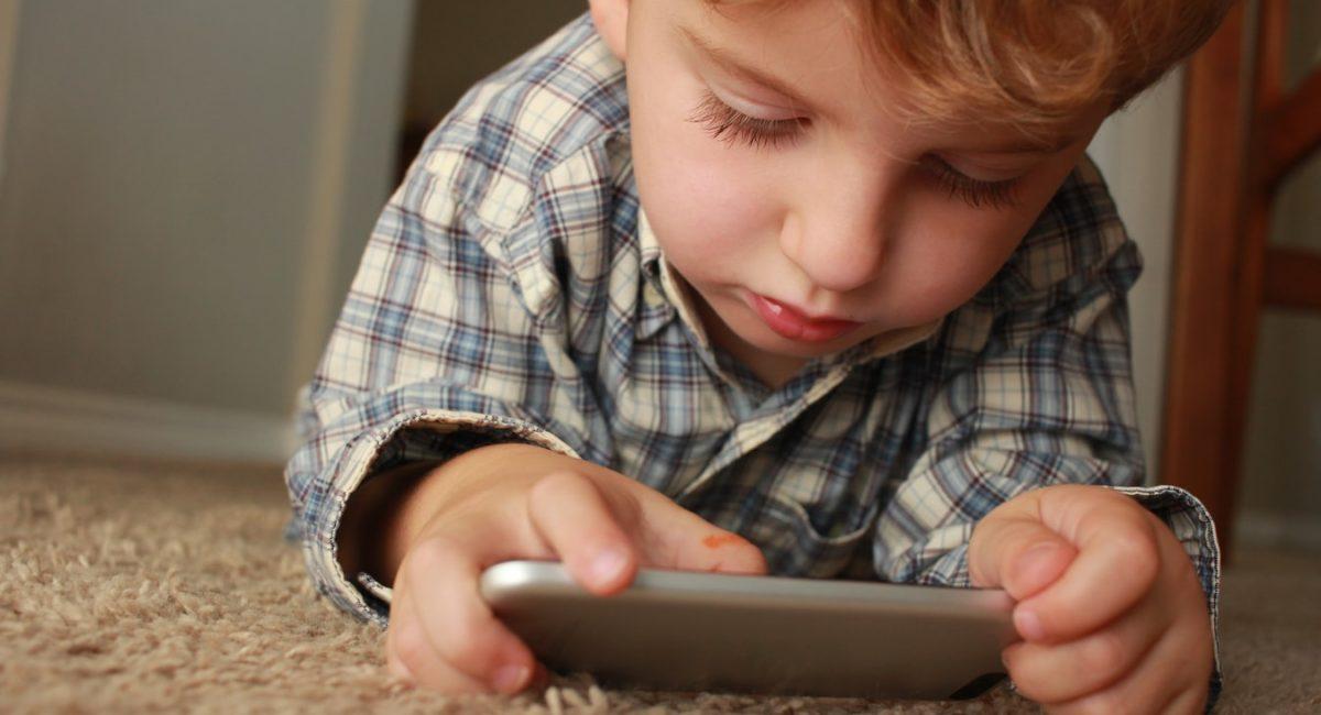 Confinement : évitons de trop exposer nos enfants aux écrans !