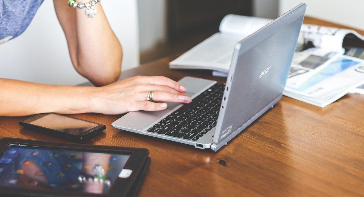 Confinement, télétravail : comment éviter la surcharge mentale liée aux écrans ?