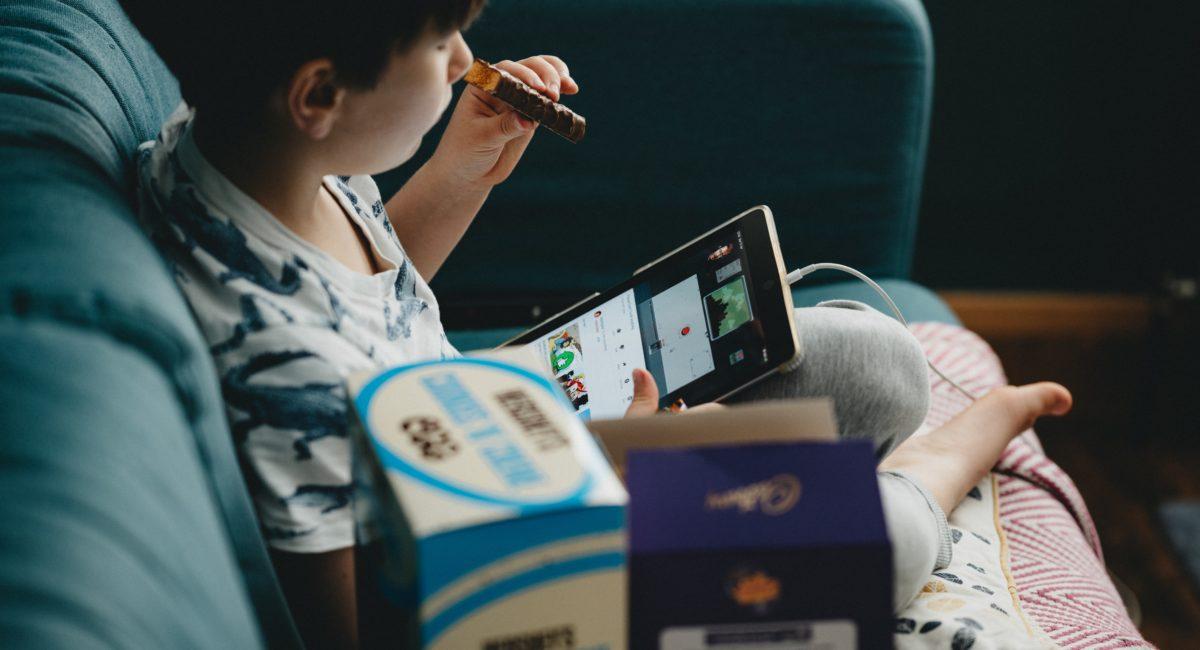 Mon enfant est accro aux écrans : comment réagir ?